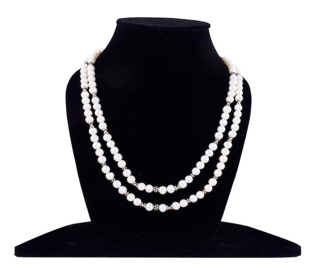 Жемчужное ожерелье на манекене из черного бархата, изолированном на белом фоне