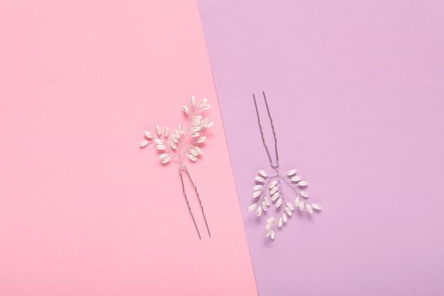 Жемчужное ожерелье на синем и розовом