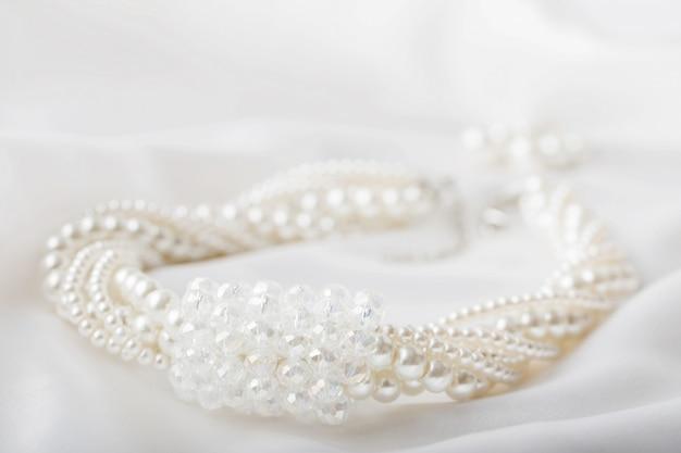 白い背景の上の真珠のネックレス
