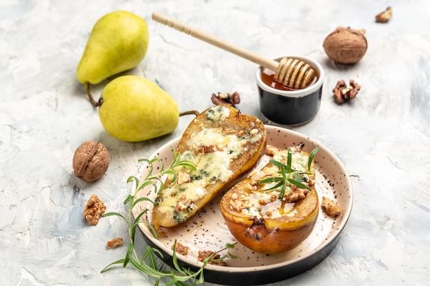 Груши запеченные с голубым сыром, орехами, медом. предпосылка рецепта еды. закройте вверх.