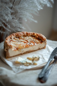 소박한 흰색 테이블에 접시에 배 과일과 블루 치즈 파이 파이 라운드 전체