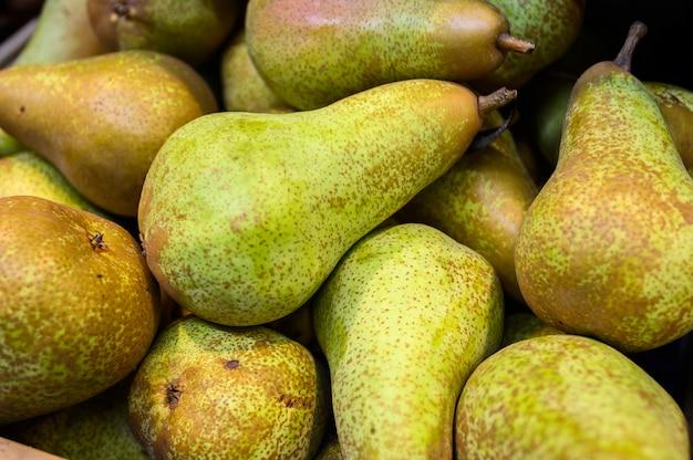 木製の箱、市場の梨。農場のエコ製品。
