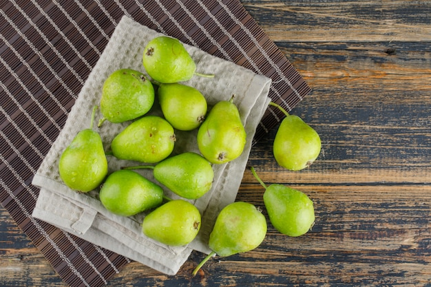 キッチンタオルフラット上の梨は木製とランチョンマットの背景に置く