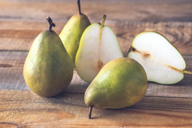 木製の背景に梨