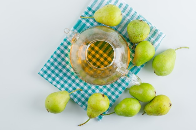 白とキッチンタオルのドリンクトップビューと梨