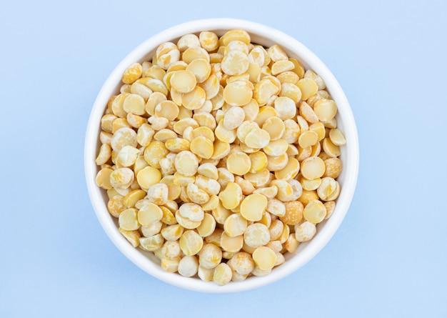 青のプレートのエンドウ豆