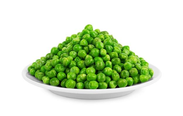 白い背景の上の白いプレートのエンドウ豆