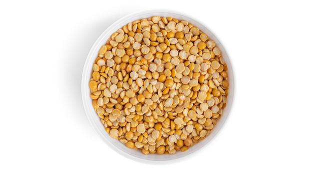 白い背景で隔離の白いボウルのエンドウ豆。高品質の写真