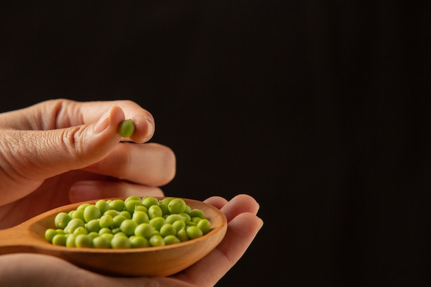 Peas place a wooden spoon on your hand.