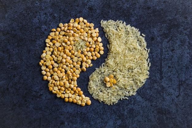파란색에 음양의 형태로 쌀과 완두콩