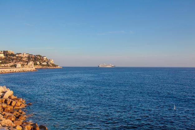 Галечный пляж с видом на море на английской набережной в ницце, франция