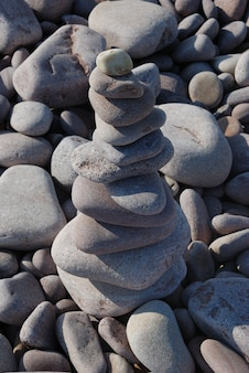 Скульптура из гальки на пляже