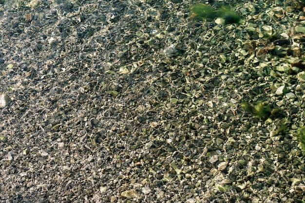 바다 물 물 표면 질감 아래 조약돌 텍스처