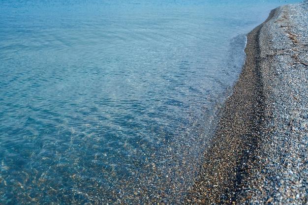 小石黒海沿岸。澄んだ水とビーチ。