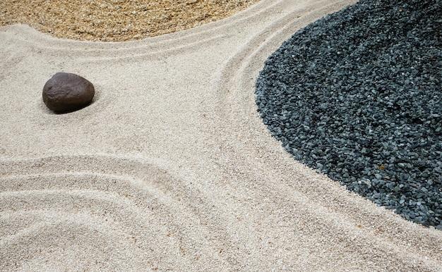 日本のアートガーデンにあるさまざまな形の小石