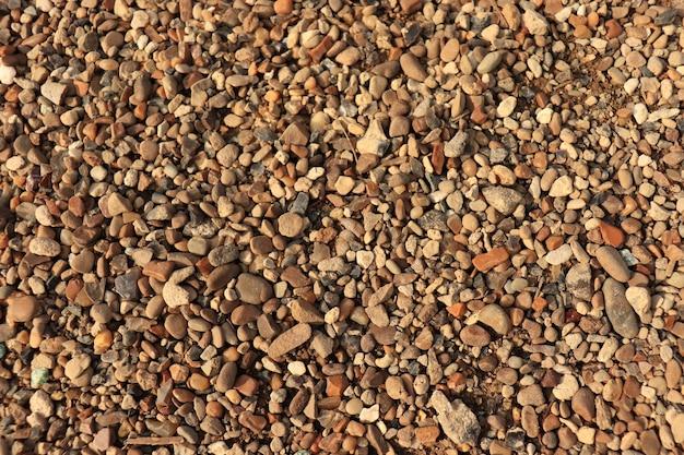 Галька на земле коричневая галька на пляже