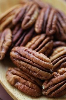ピーカンナッツのクローズアップ。健康的な脂肪。ベジタリアン食品成分