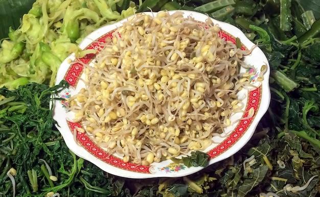 인도네시아 족자카르타의 다양한 채소로 만든 건강식 pecel
