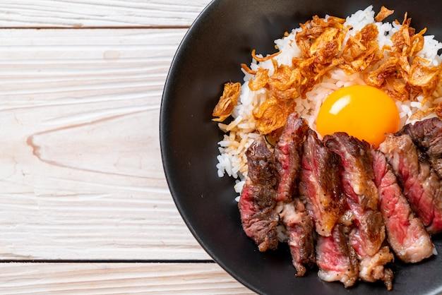 スライスした牛肉と卵ped