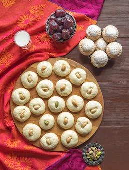 ペダ(インドの甘い)、木製テーブルのミルクファッジ。 eid and ramadan dates sweets-アラビア料理。