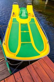 晴れた夏の日のペダルボートまたはパドルボートカタマランステーション