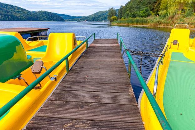 ペダルボートまたはパドルボートカタマランステーション