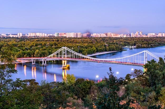 ウクライナの首都キエフのドニエプル川を渡る歩行者専用橋