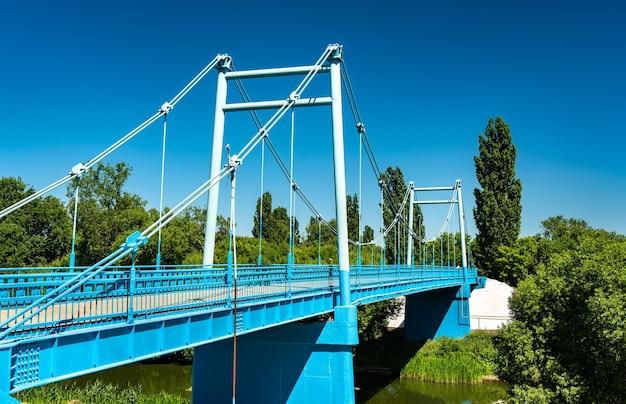 ロシア、タンボフのツナ川を渡る歩道橋