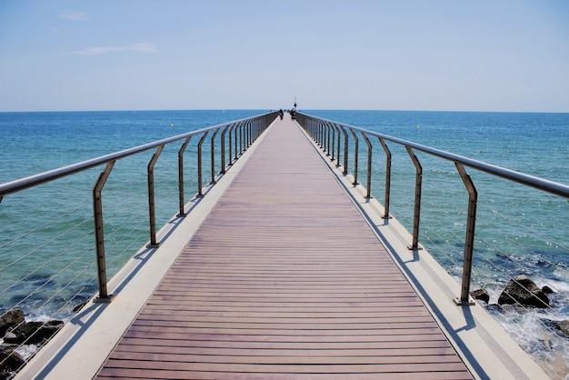 Ponte pedonale sulla spiaggia di barcellona, spagna