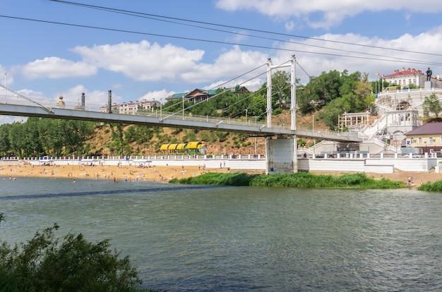 ウラル川に架かる歩道橋