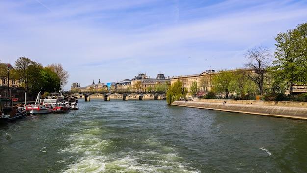 Пешеходный мост pont des arts через реку сен и исторические здания парижа франция