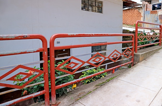 Перила пешеходного моста в чачапоясе, изображающие знаковый геометрический узор