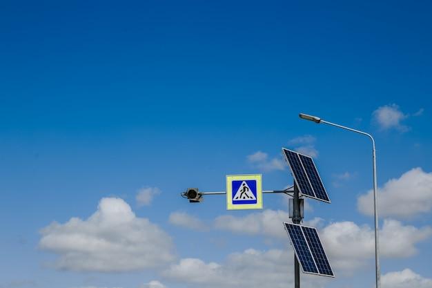 Знак пешеходного перехода с питанием от солнечных батарей Premium Фотографии