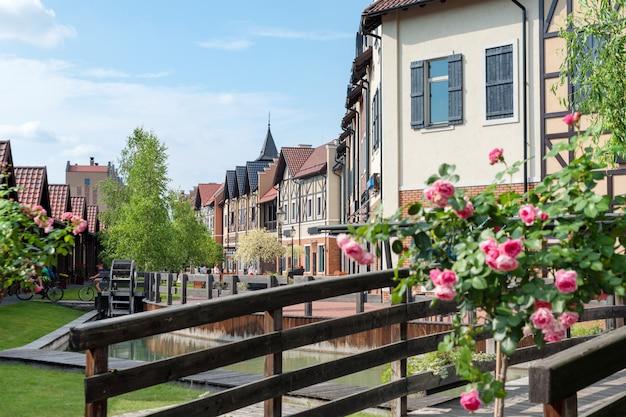 Пешеходная улица в маленьком европейском городе старого города в европе