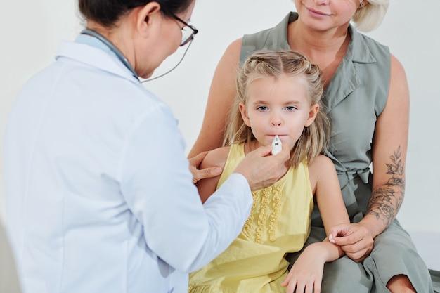 小児科医は温度をチェック