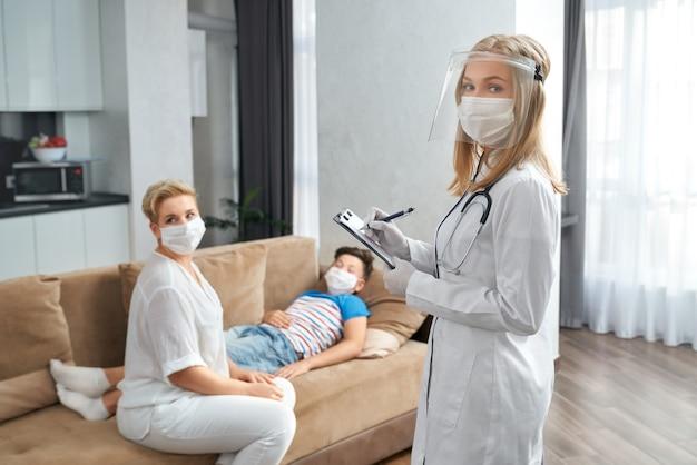 집에서 아픈 소년을 방문하는 소아과 의사 프리미엄 사진