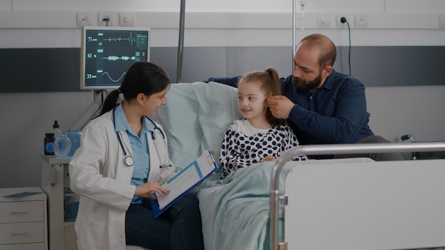 医療の治療について話し合う病気の専門知識を説明する小児科医の女性医師