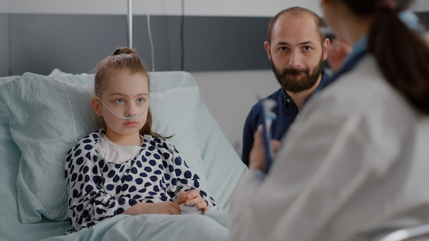 医療疾患の専門知識を説明する小児科医の女性医師がヘルスケア治療について話し合う