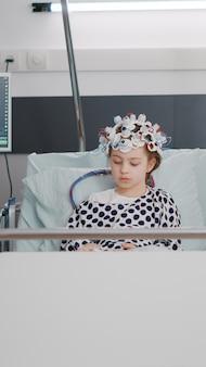 뇌 단층 촬영 전문 지식을 분석하면서 질병의 진화를 모니터링하는 소아과 의사
