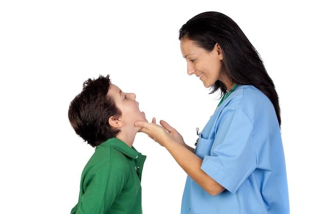 Педиатр женщина, проведение проверки для ребенка, изолированных на белом фоне