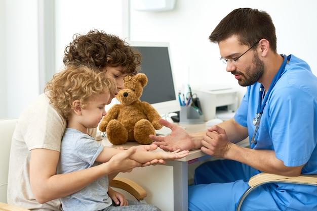 Педиатр, работающий с ребенком в офисе