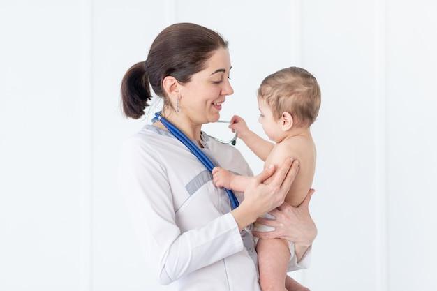 소아과, 의사가 아기, 의학 및 건강의 개념을 검사합니다.