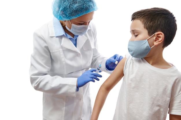 小児科医の予防接種の子供