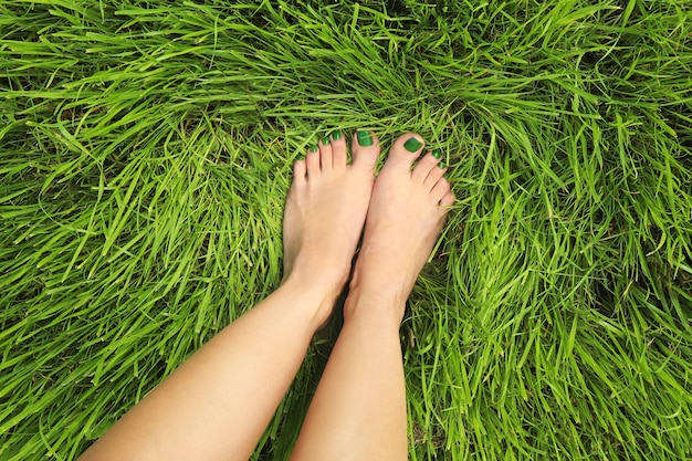 Педикюр с зеленым лаком на фоне