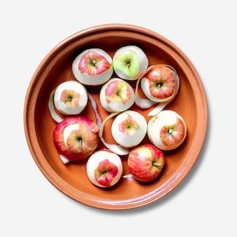 ボウルフラットレイの皮をむいたリンゴ