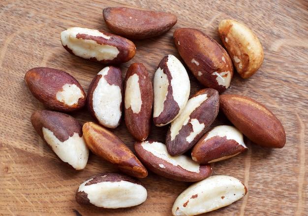 Очищенные бразильские орехи на деревянном столе
