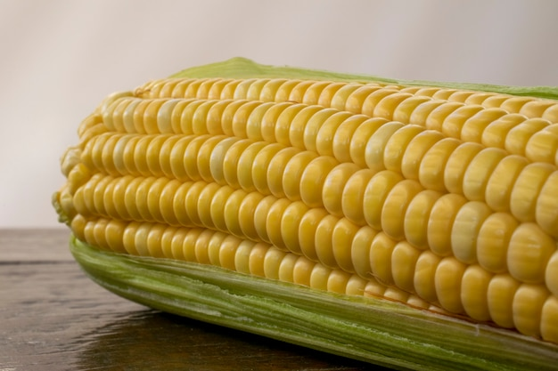 白い背景の皮をむいたトウモロコシの穂軸のクローズアップ