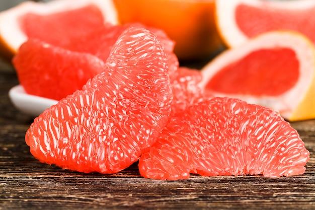 皮をむいた美味しい赤グレープフルーツ