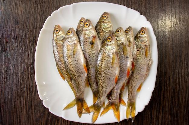 접시에 껍질을 벗긴 생선입니다.