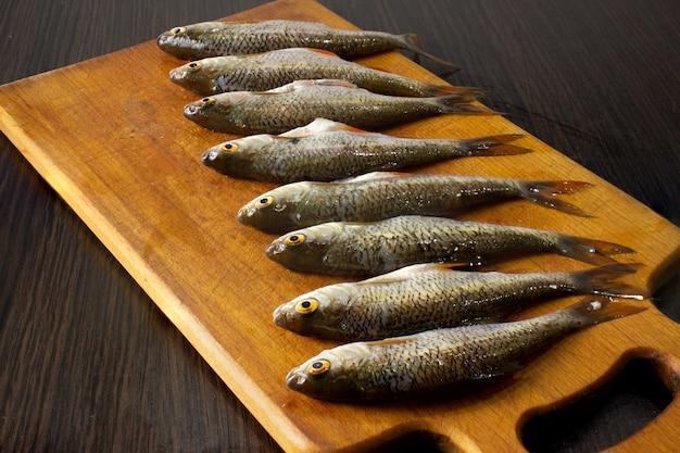 보드에 껍질을 벗긴 생선입니다. 요리용 생선.